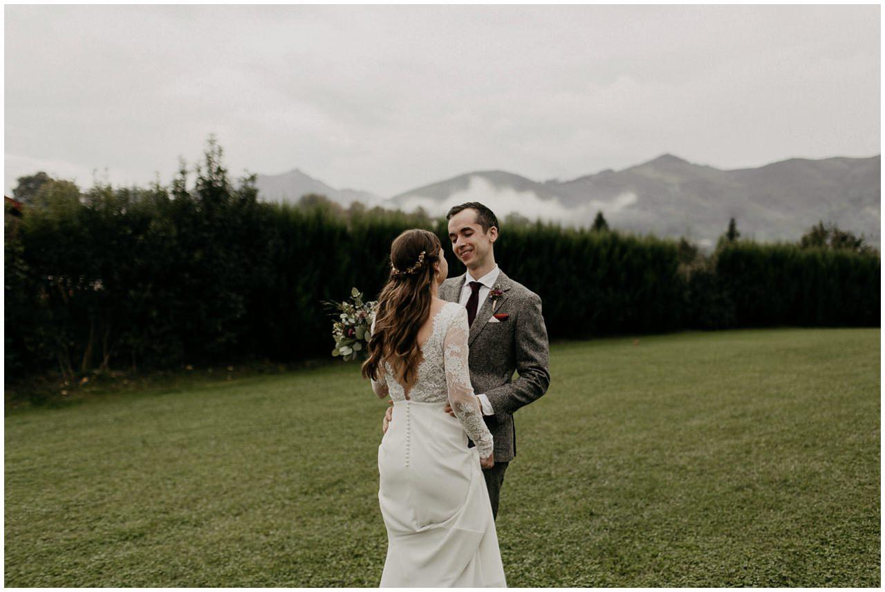 Des mariés qui se découvrent en tenue