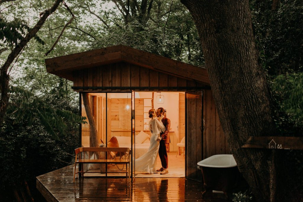 A folk wedding in the Landes forest at Coco Barn Wood Lodge